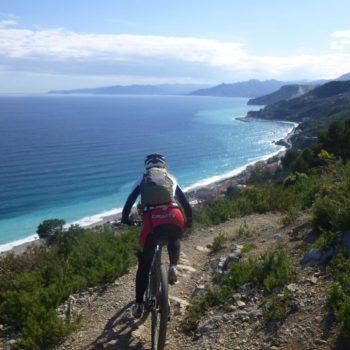 Hotel Villa Ave a Finale Ligure | Albergo a due passi dal mare in Liguria | Pernottamento con colazione a buffet e servizio ristorante | Finale Ligure Turismo: Outdoor Sport, Bike, Hike, Bicicletta, Mountain Bike, Escursionismo a Piedi