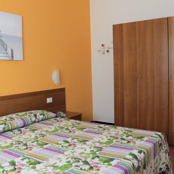 Hotel Villa Ave a Finale Ligure - Albergo a due passi dal mare in Liguria - Pernottamento con colazione a buffet e servizio ristorante - Family Room Monda